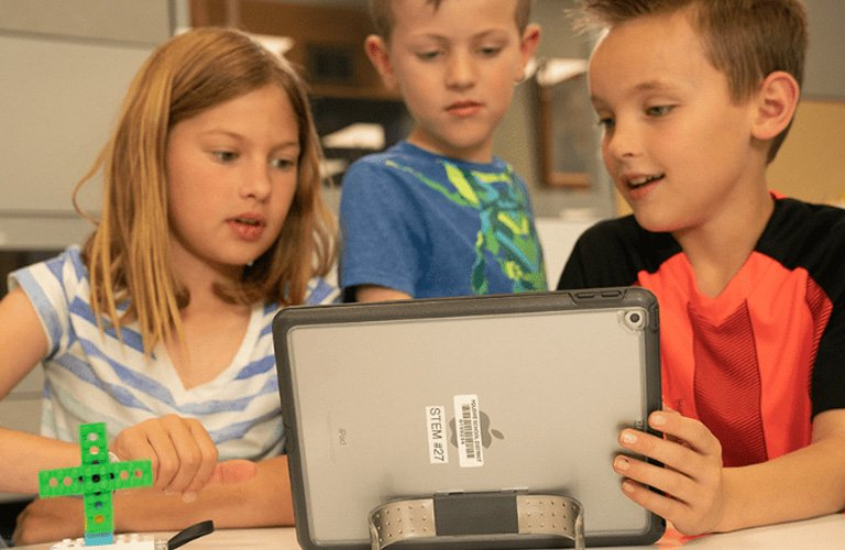 students watch iPad